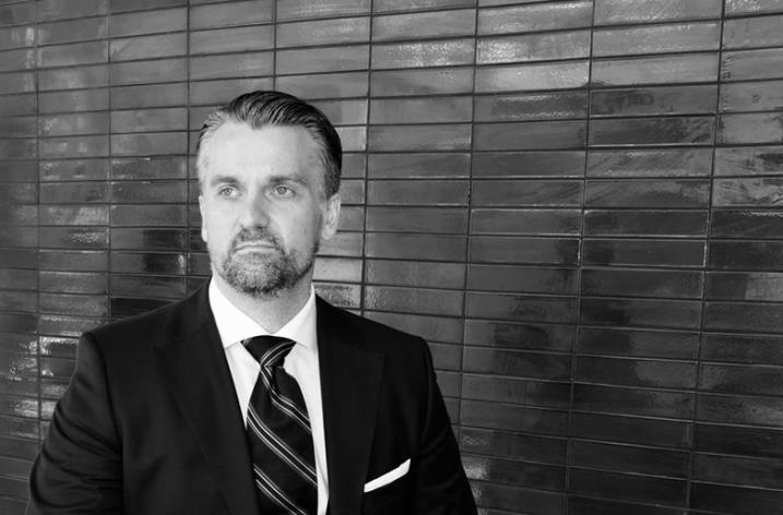 Interviu cu Cezar Ionașcu, avocatul care a înlocuit profesia cu consultanța vestimentară